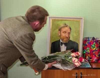 Олег Евгеньевич Мотылёв возлагает цветы к портрету Олега Евеньевича Мотылёва.