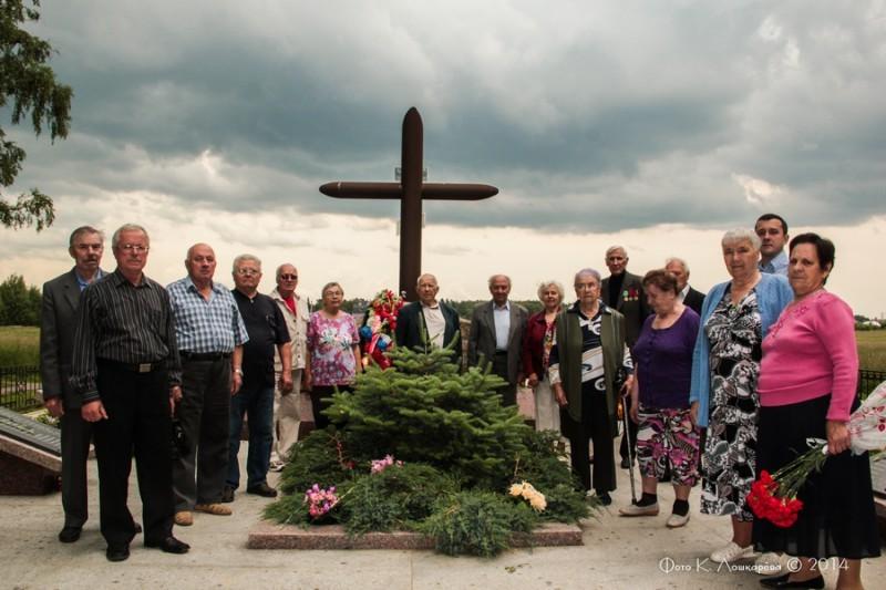 Участники встречи у мемориала памяти в деревне Палицы.