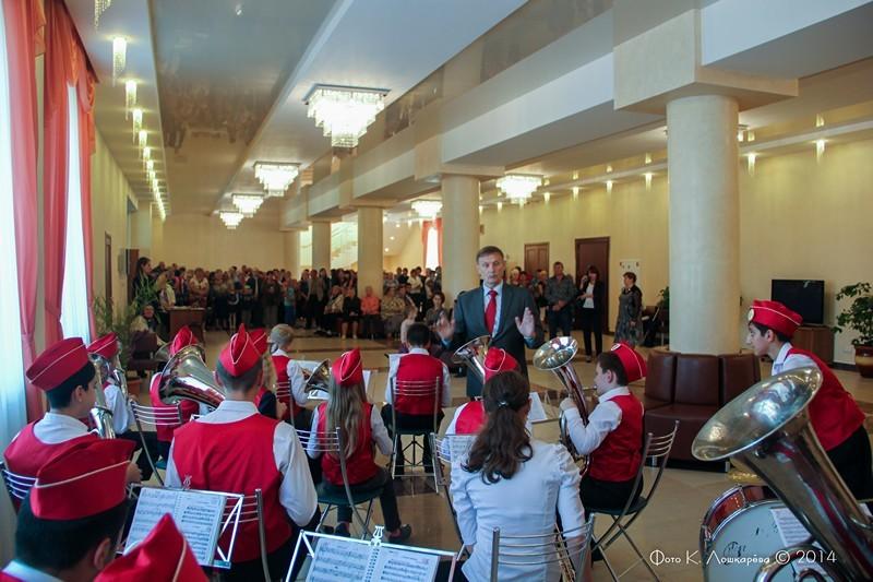 Гостей встречает детский духовой оркестр сельского поселения Ершовское