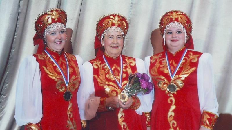 1  М.З. Владыкина с солистками хора Анной Яковлевой и Еленой Сергеевой  2008 г.
