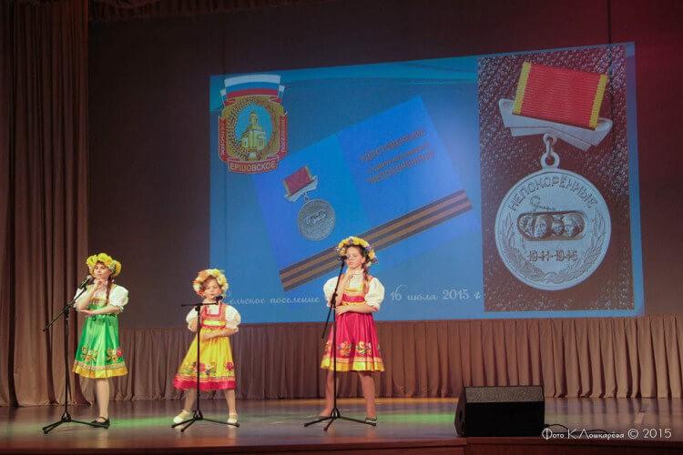 """Вручение медалей """"Непокоренные"""" жителям СП Ершовское 13"""