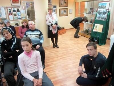 Участники автопробега в музейной экспозиции села Ершово 1
