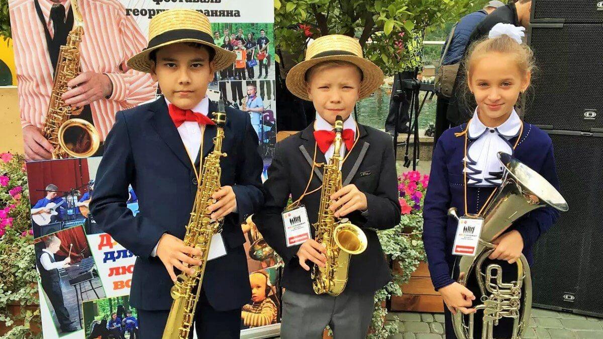 Дети играют джаз