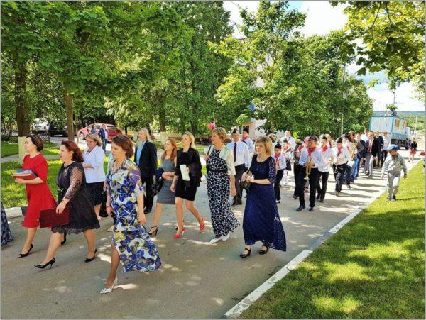 Торжественное шествие выпускников в селе Ершово