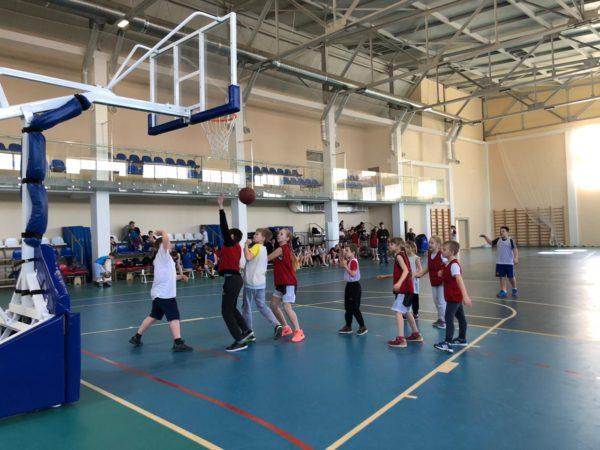 В баскетбол играют дети